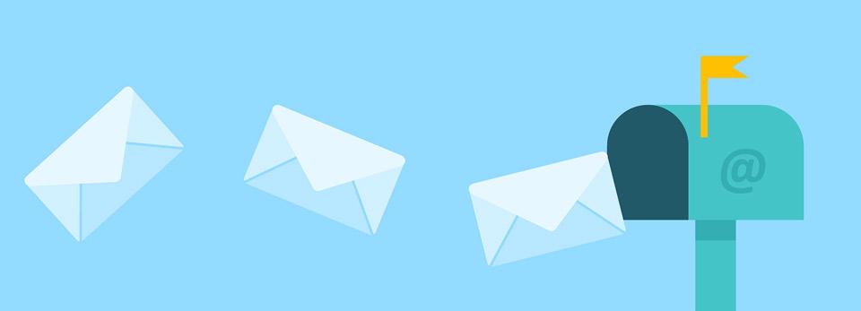 Sobres de cartas llegando a un buzón con un @ grabado