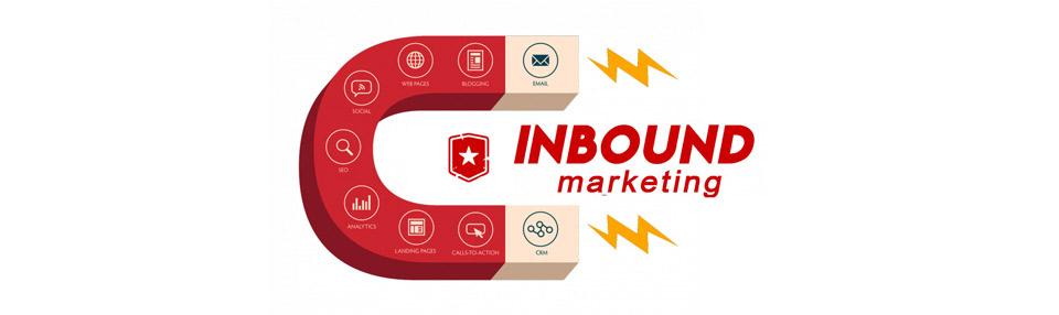 Imán rojo atrayendo características del marketing online