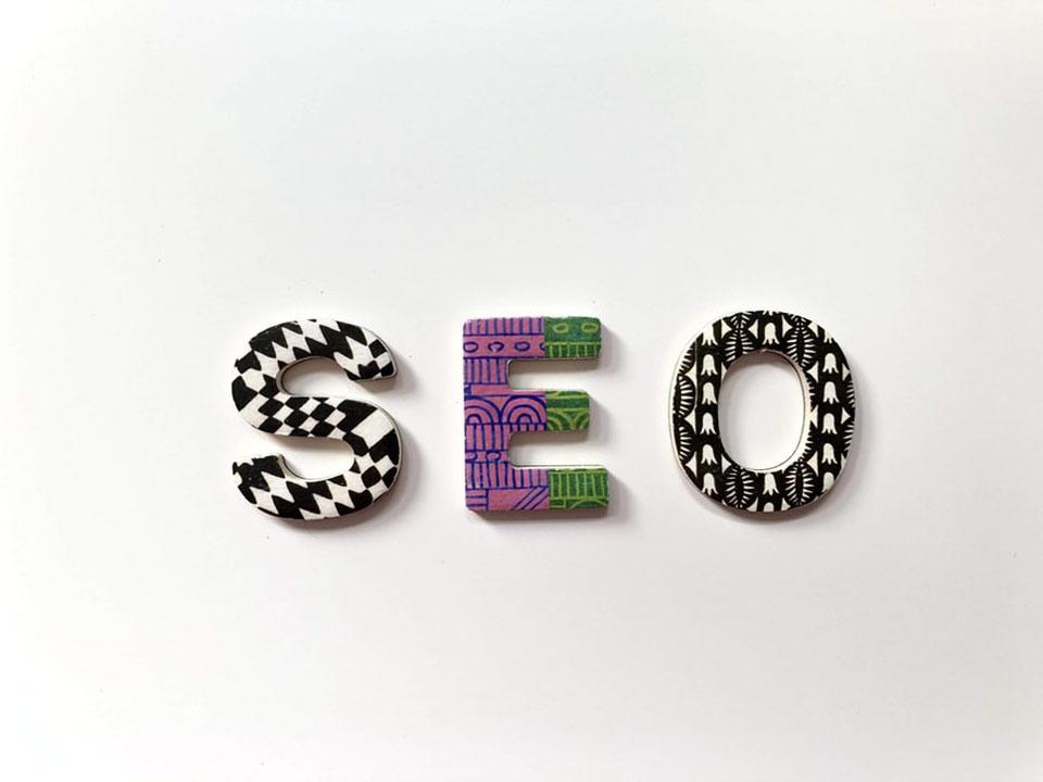 Letras de colores formando la palabra SEO en un fondo blanco