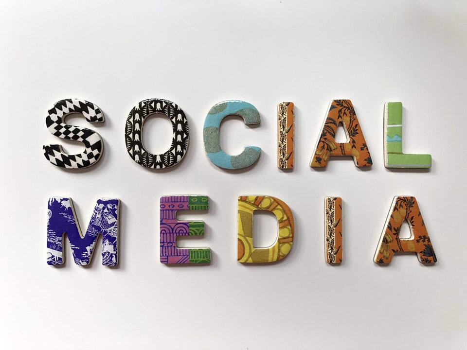 Letras de colores formando la palabra Social Media