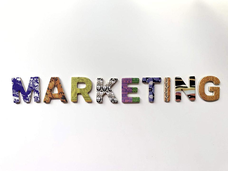 Letras de colores formando la palabra Marketing