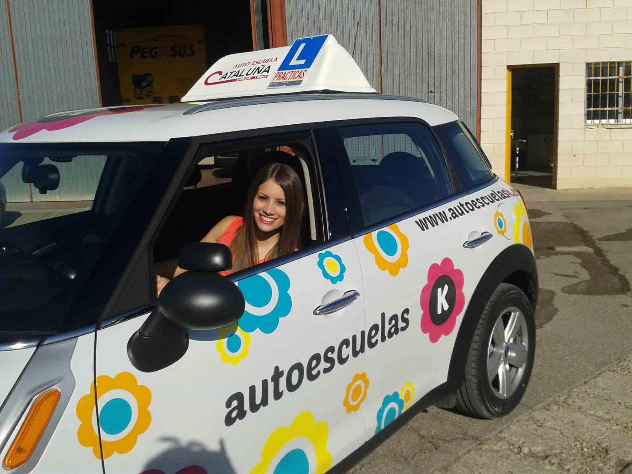Foto de una chica en un coche de autoescuela K